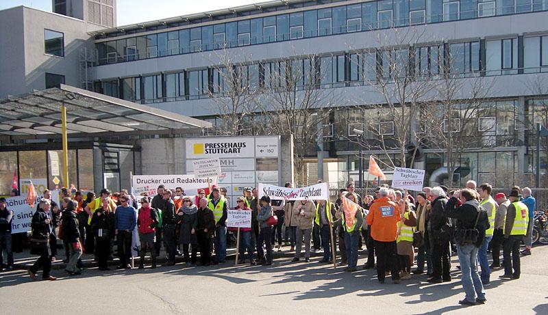 Nicht originell, aber eben eine typische Situation: Streiken vor dem Pressehaus